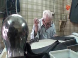 مستند عمو یادگار - روایتی از زندگی پیرمردی که تنها زندگی می کند و به حرفه خیاطی می پردازد