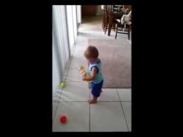 تلاش  بسیار جالب کودکی برای جمع آوری توپ های تنیس
