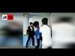 ضرب و شتم معلم به دست دانش آموزان در مدرسه