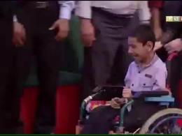 کار زیبای جناب خان در خندوانه/هدیه دادن به امیر حسین