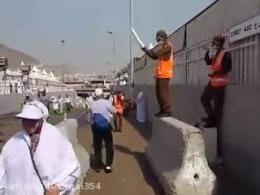 باد زدن حجاج توسط سرباز سعودی