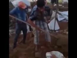 تلاش تحسین برانگیز نوجوان معلول برای ایجاد سیل بند/ پر کردن گونیهای خاک با یک دست + فیلم