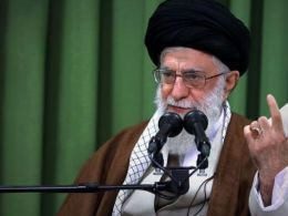 رهبرانقلاب: ملت ایران این پرچم را تسلیم امام زمان (عج) خواهد کرد..