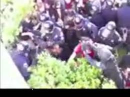 کشیدن موی دختران دانشجو توسط پلیس آمریکا