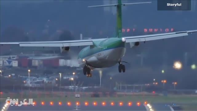 لحظات خطرناک فرود هواپیما در باد شدید