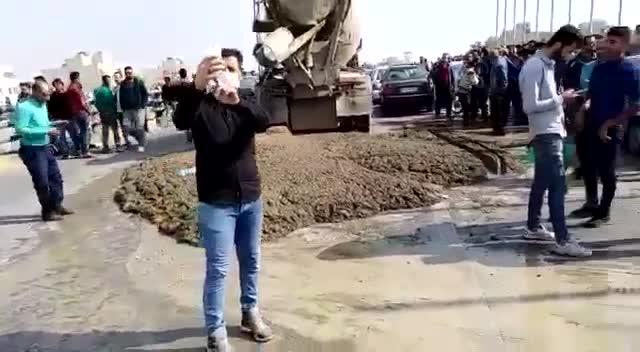 مردم شیراز با سیمان خیابان را بستند