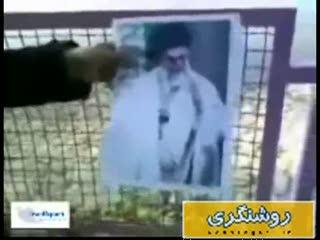 فیلم آتش زدن تصویر امام خمینی(ره) و مقام معظم رهبری(مدظله العالی)