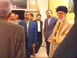 حضور رهبرانقلاب در منزل یكی از خانواده ها ی شهدا