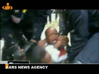 تصاويري از برخورد وحشيانه پليس فرانسه با زنان و كودكان مهاجر آفريقايي